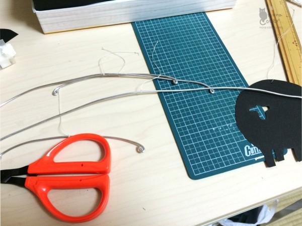 針金に糸を結ぶ